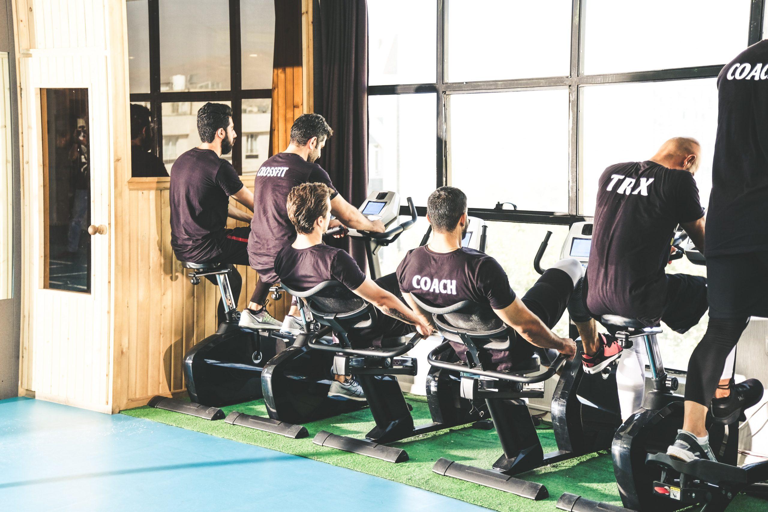Männer beim Fitness