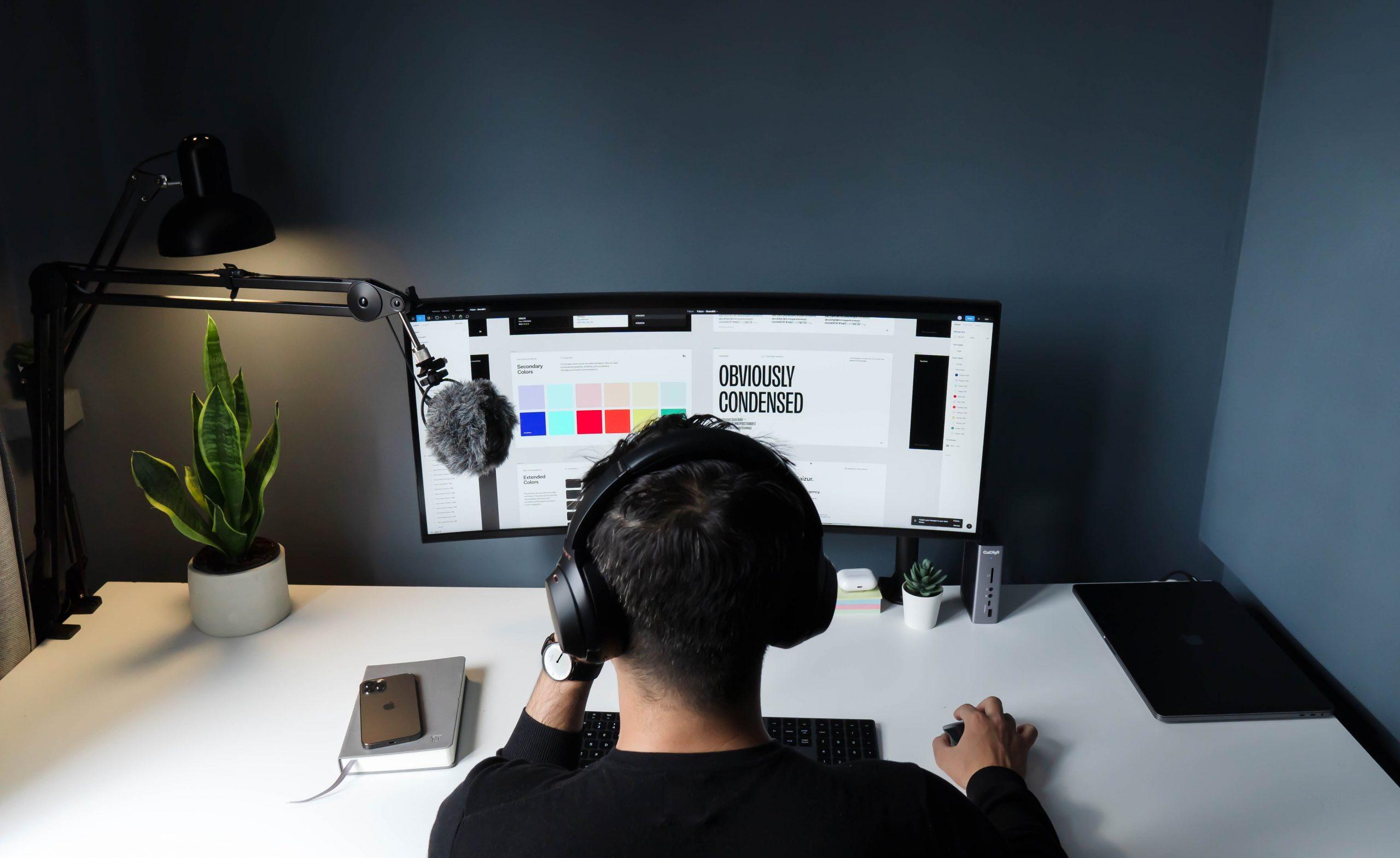 mann arbeitet an seiner webseite